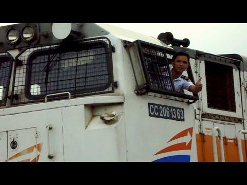 Kereta Api Angkutan Barang dan Salam Jempol dari Asisten Masinis