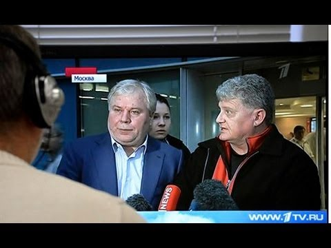 Edward Snowden's father arrives in Russia in hope of seeing son