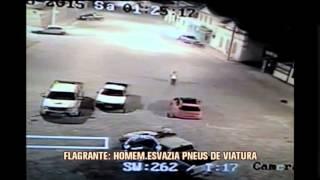 Flagrante: homem esvazia pneus de viatura em Bonfim