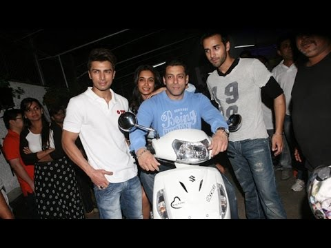 Salman Khan Arrives On An Activa For 'O Teri' Screening