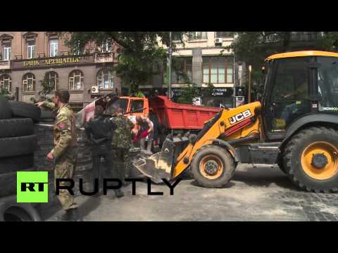 Ukraine: Kiev's barricades torn down by diggers