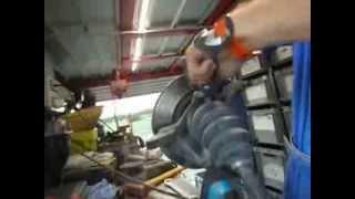 meccanici al lavoro nella panda di Verzelletti per permetterle di ripartire per la 3° tappa