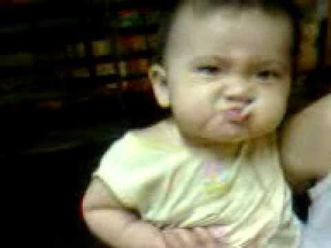 Kinh hoàng bé gái 9 tháng tuổi hút thuốc như người lớn!!!