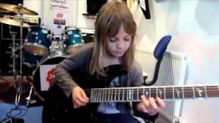 Gadis ini baru umur 6 tahun, tapi skill guitarnya edan..