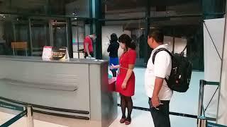 Clip nữ nhân viên xé vé của hành khách