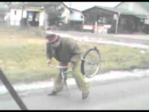 Śmieszny filmik - Pijak jedzie rowerem na jednym kole