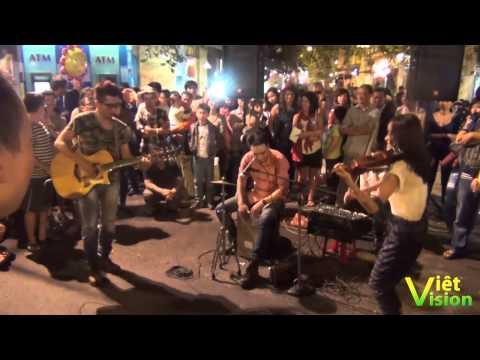 Góc cuối tuần (3): Thanh niên Hà Nội hát hò, nhảy múa sôi động náo nhiệt những góc phố buổi tối