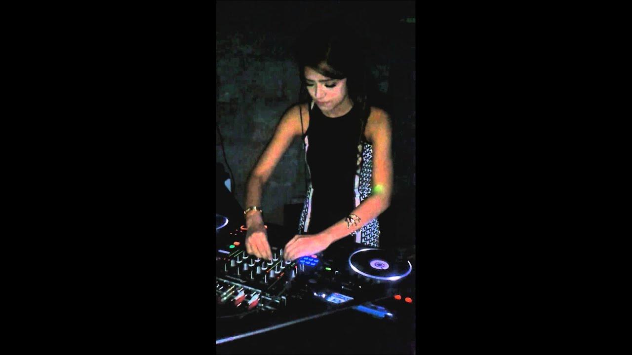 Dj yasmin spinning at Moovina jkt - YouTube