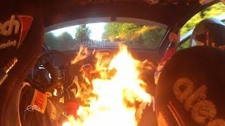 Pembalap rally ini mencoba keluar dari mobilnya yang kebakaran