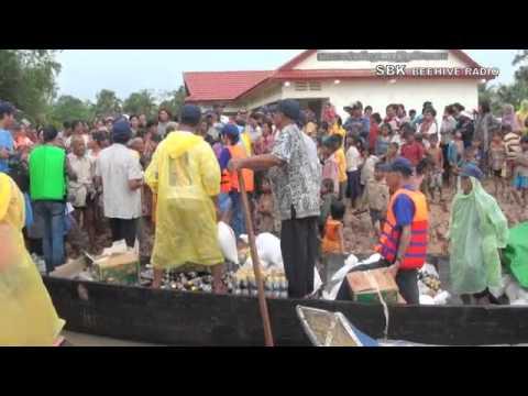 Mr. Mam Sonando help peoples in Kampong Cham - Part 2