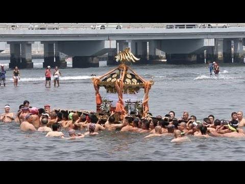 江の島天王祭 海中に神輿