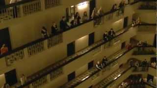 Era para ser uma noite normal no hotel, mas de repente virou um espetáculo!
