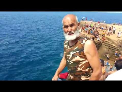 قفزة جميلة لشيخ مغربي في شواطئ السعيدية