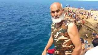 قفزة شيخ مغربي في البحر