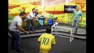 O atacante Fred até que enfim marcou o primeiro gol dele na Copa do Mundo. Será que o bigode deu sorte? No Alterosa Esporte o atacante da Seleção Brasileira ganhou uma versão 'mini' e muita brincadeira no ar.