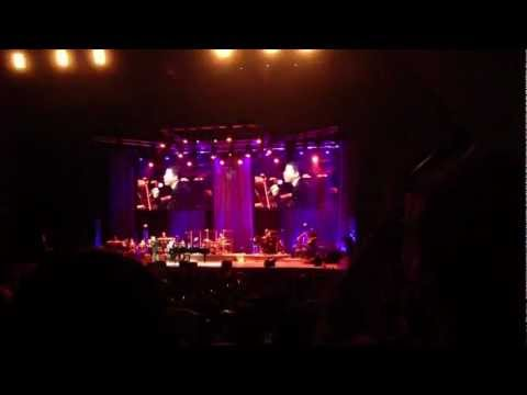 David Foster & Friends - Kenny Babyface Edmonds singing spontaneous song (Singapore)