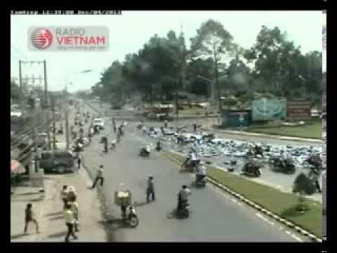 Shock khi xem clip hiện trường vụ hôi của đáng xấu hổ lúc xe chở bia gặp nạn ở Đồng Nai