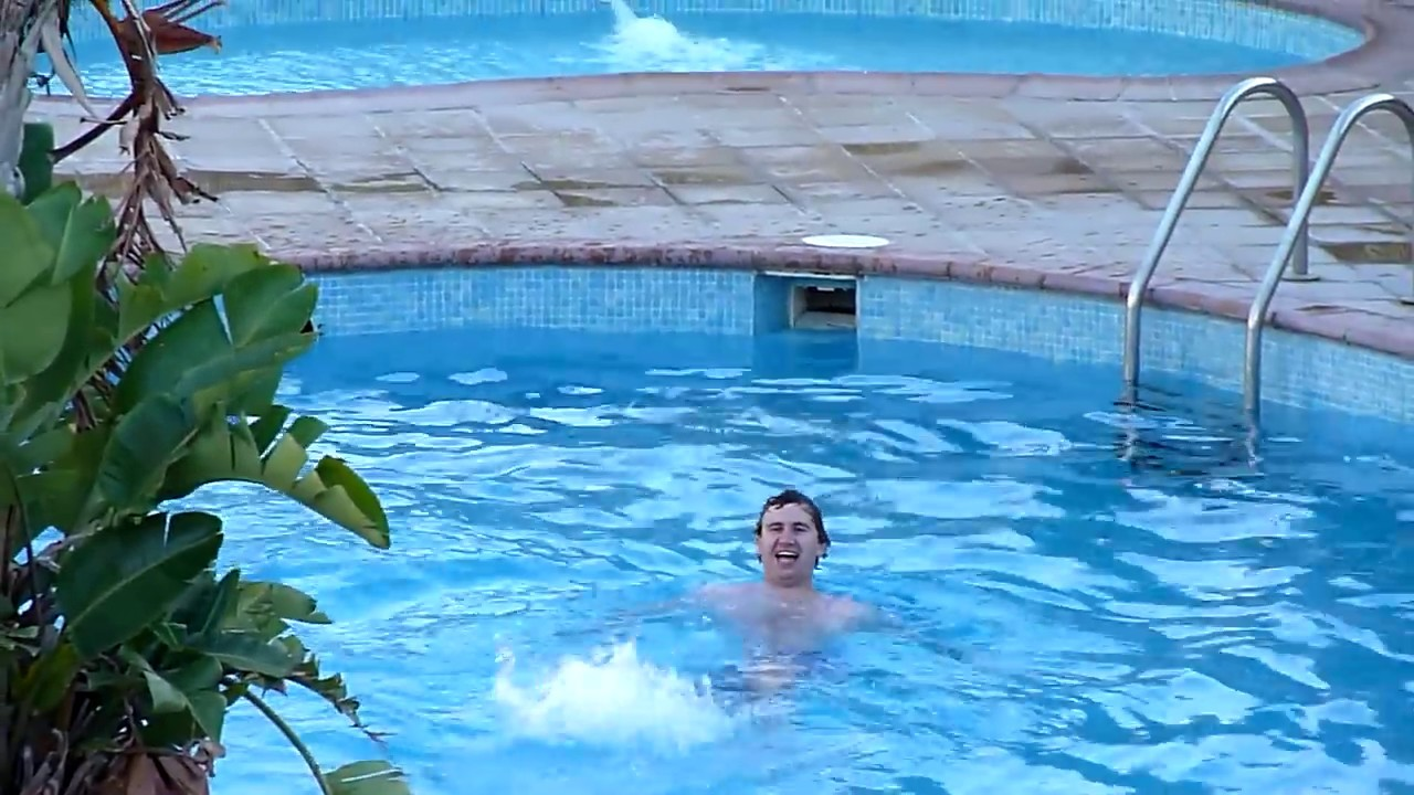 Mr bean goes to the swimming pool youtube for Swimming pool show barcelona