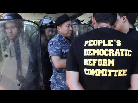 Bangkok (Thailande) 15-05-2014 Protester try to enter at TMR (TMR Royal Thai Airforce academy)