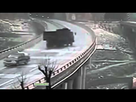 Impresionante Accidente en una Carretera con Hielo y Nieve