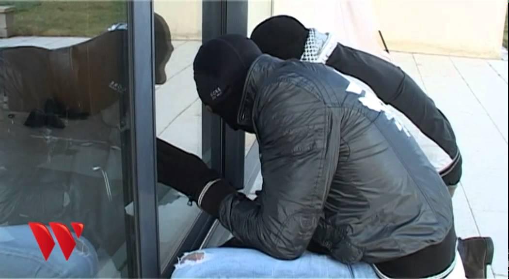 Effraction d 39 une baie vitr e youtube - Securiser porte fenetre ...