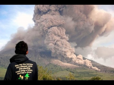 20,000 RESIDENTS EVACUATED AS INDONESIA'S MOUNT SINABUNG VOLCANO ERUPTS SUNDAY (JAN 5, 2014)