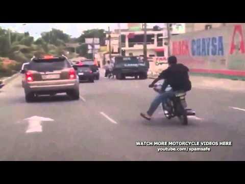 Kết thúc của pha biểu diển ngồi ngược điều kiển xe gắn máy k tay