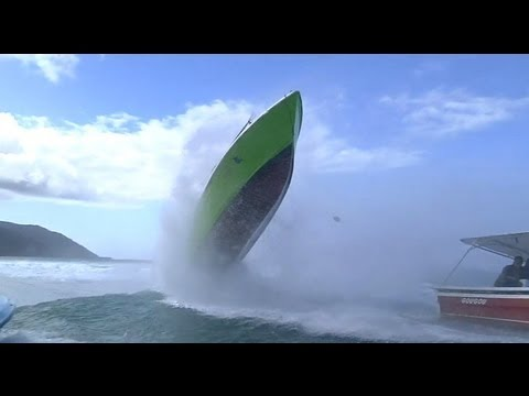 Wave hits boat - Accident at Teahupoo on 01/06/2013
