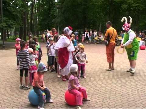Смотреть видео Детей по воскресениям развлекают в Детском городке