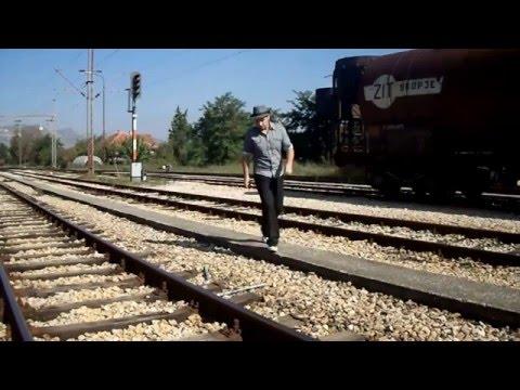 Семоќниот Диме прави магични трикови со левитација на железничката станица во Велес