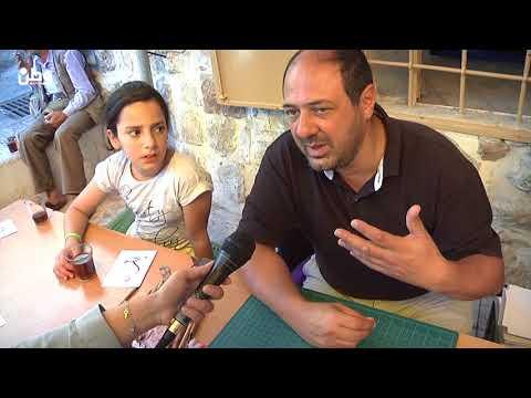الخليل: الفنان الداري يزيّن دفاتر أطفال البلدة القديمة بالخط العربي