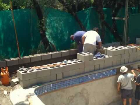 Piscina y deck de madera youtube for Construccion piscina temperada