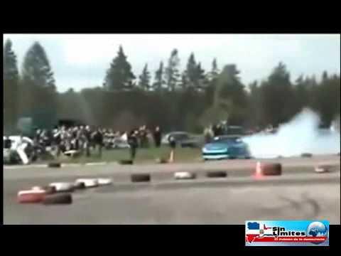 Espectacular accidente en una exhibicion de carros.
