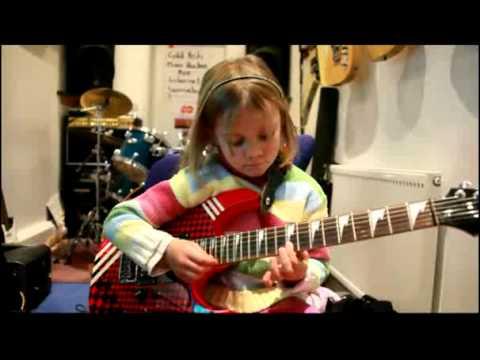 Menina de 6 anos tocando Sweet Child o'mine do Guns & Roses