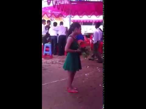 Cô gái hát 'Trách ai vô tình' trong đám cưới tình cũ (hay hơn cả Giáng Tiên)