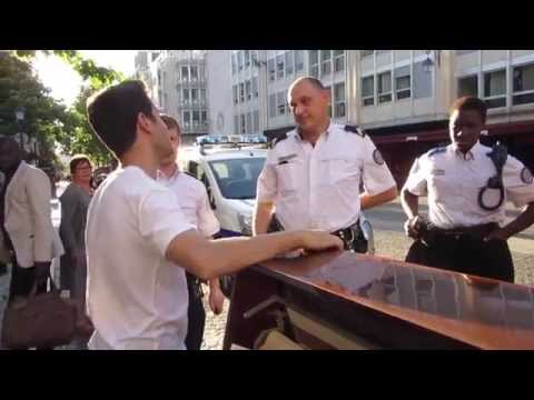 POLICE STOP STREET PIANIST IN PARIS