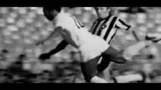 Edison Arantes do Nascimento, beter bekend als Pele was een grandioos voetballer. Bekijk hier een compilatie van zijn acties op het voetbalveld.