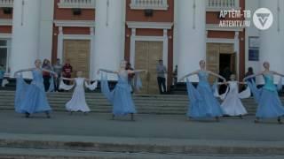 Горожане встретили Первомай концертом на придворцовой площади.