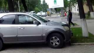 Mașini parcate în stație, poliția trece pe alături galeș