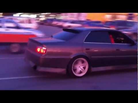 Дрифт Toyota Chaser на парковке