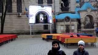 """Copiii mănîncă la """"prozelit cinema"""" în scuarul liceului Asachi"""