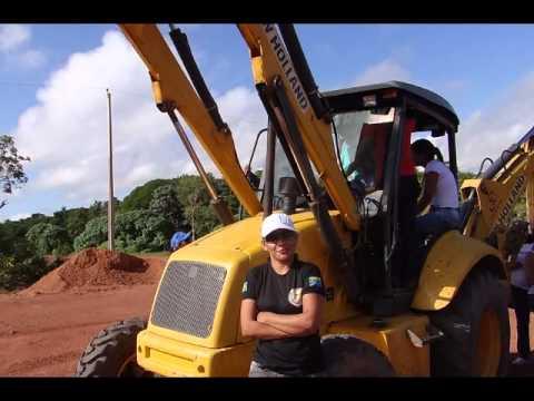 Mulheres operando maquinas pesadas no meio do mundo