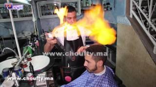في مراكش فقط.. الحلاقة بالعافية..شوفو شاب شاعلة فيه العافية فـراسو(فيديو) |