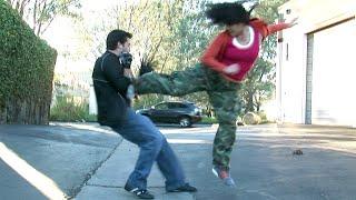 Tekvando yapan kızla boks yapan çocuğun dövüşü