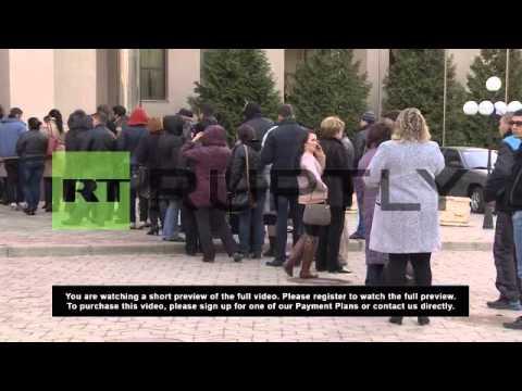 Ukraine: Unsettled bank customers queue cash amid Crimea uncertainty