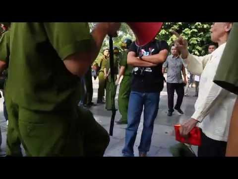 Công An vô học, mấy dạy với cụ bà đi biểu tình chống Trung quốc - dí loa vào mặt nhân dân 01