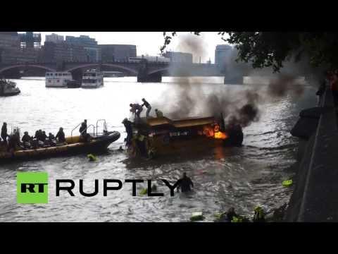 «Человек за бортом!»: туристы прыгают с горящего автобуса-амфибии в Темзу