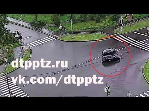 На улице Сыктывкарская столкнулись два легковых автомобиля