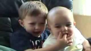Video Bayi Lucu Menggigit Jari Kakaknya