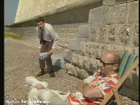 """Série """"Mr. Bean"""" - Mr. Bean na Praia, bem engraçado! [Em Boa Qualidade], Engraçado episódio da série """"Mr. Bean"""" (1990-1995), protagonizada por Rowan Atkinson. Nesse episódio, Mr. Bean vai à praia, e como não pode deixar de ser, ar..."""